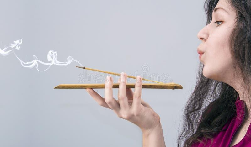 Femme avec le bâton d'encens photos libres de droits