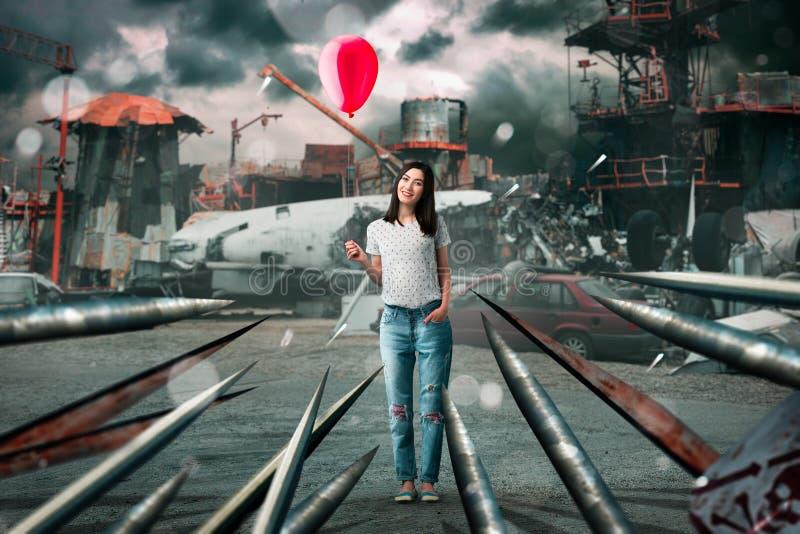 Femme avec le ballon, accident d'avion sur le fond image stock