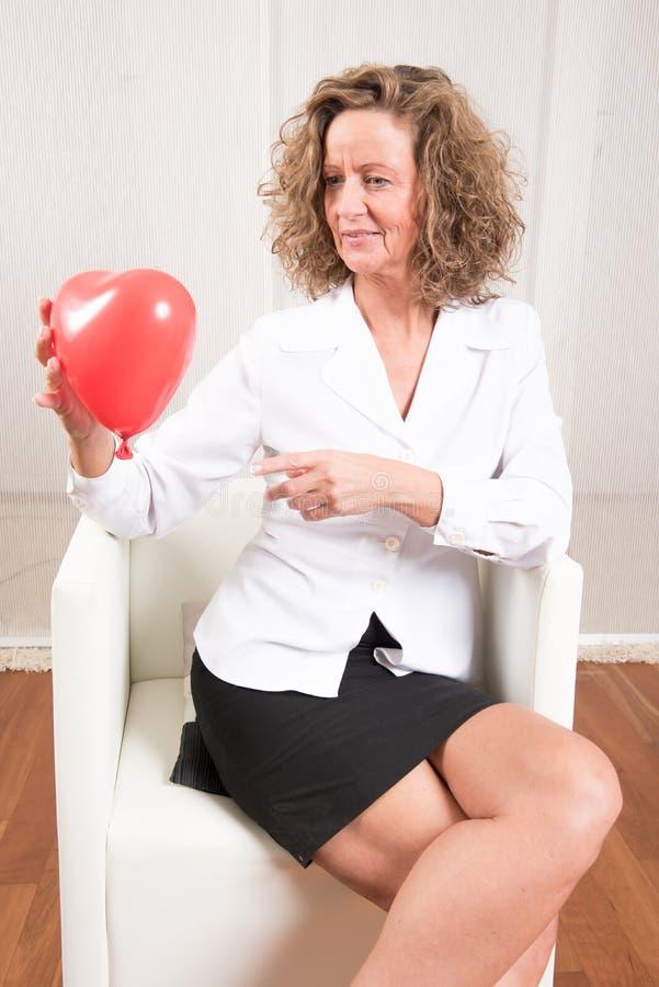 Femme avec le ballon de coeur image libre de droits