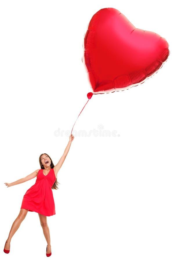 Femme avec le ballon rouge de coeur - drôle photographie stock libre de droits