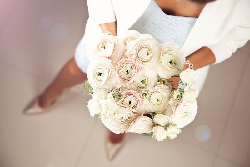 Femme avec le beau bouquet des fleurs de ranunculus photo stock