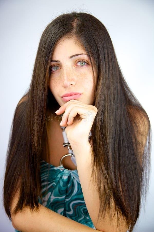Femme avec le beau long regard soyeux étonnant de cheveux images stock