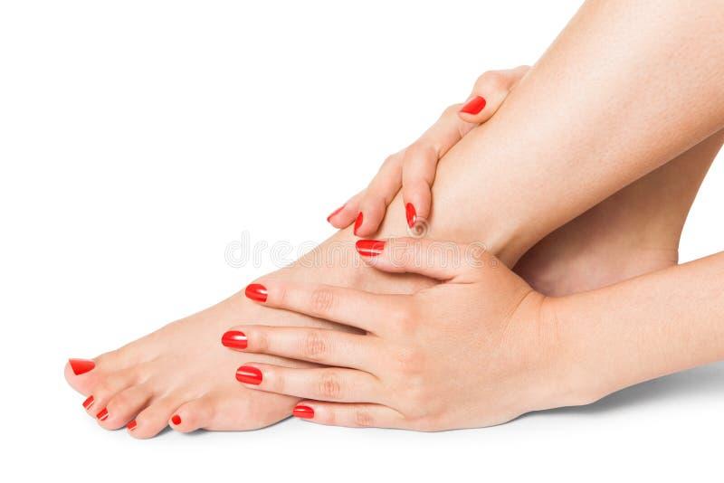 Femme avec le beaux doigt et ongles de pied rouges photo stock image 44192225 - Pied vernis rouge ...