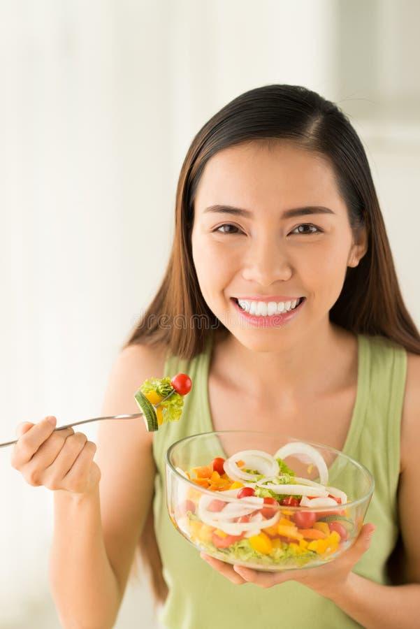 Femme avec le bol de salade photos libres de droits