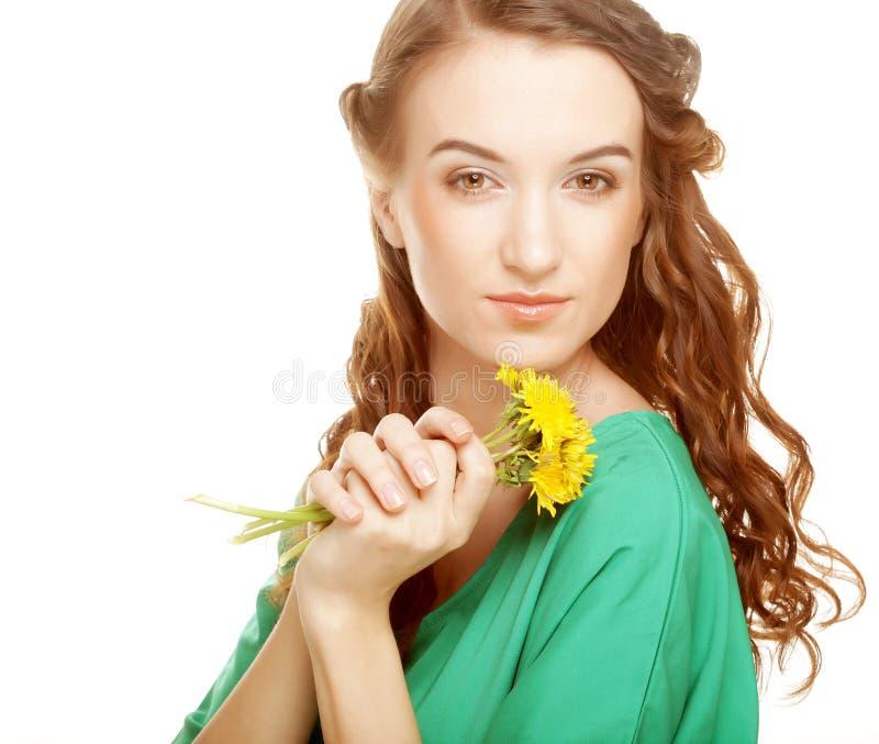 Femme avec le bouquet de pissenlit images stock