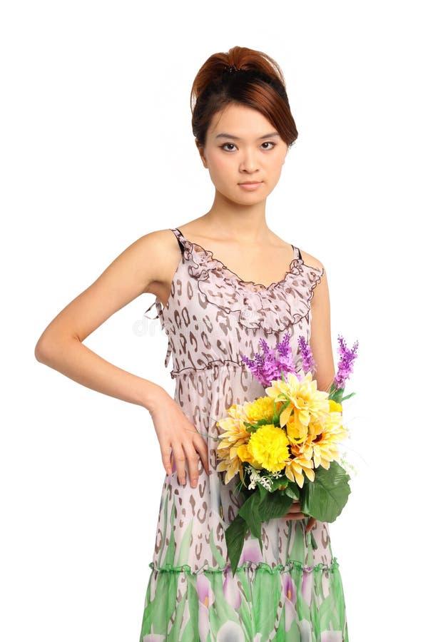 Femme avec le bouquet des fleurs photo stock