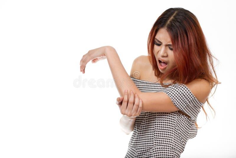 Femme avec le bras, blessure de coude photographie stock