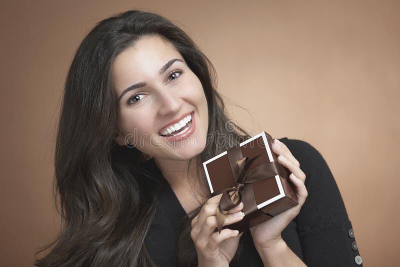 Femme avec le cadeau photos libres de droits