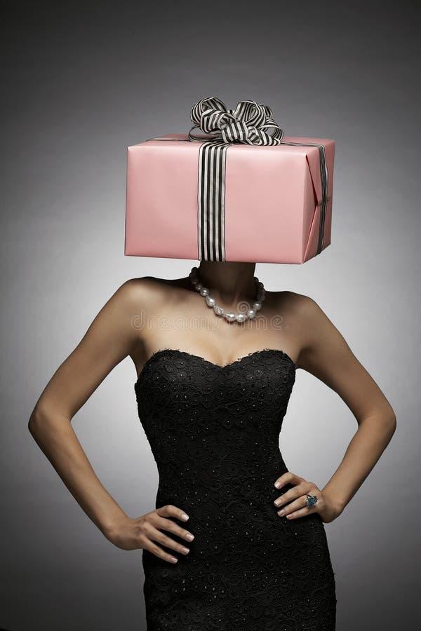 Femme avec le cadre de cadeau rose sur la tête images stock