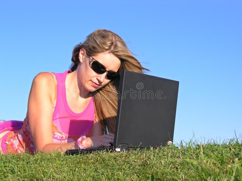 Femme avec le cahier images stock