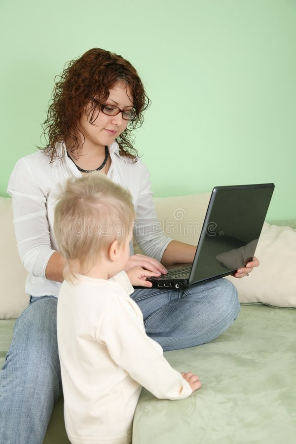 Femme avec le cahier et l'enfant image stock