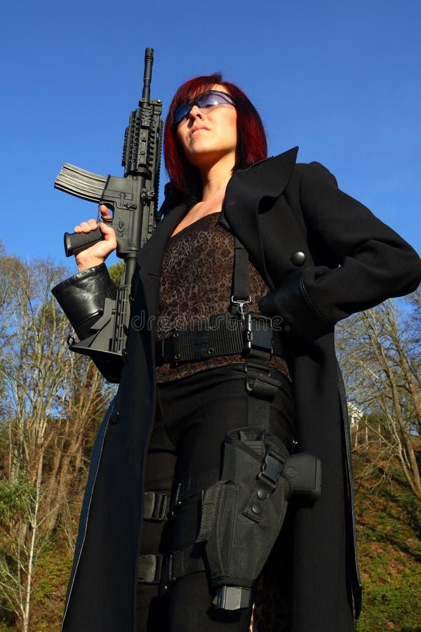 Femme avec le canon d'assaut photo libre de droits