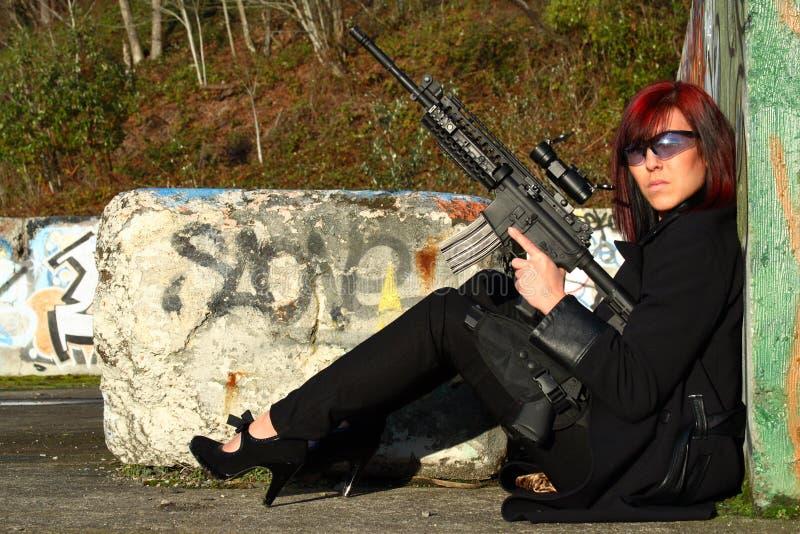 Femme avec le canon d'assaut photographie stock