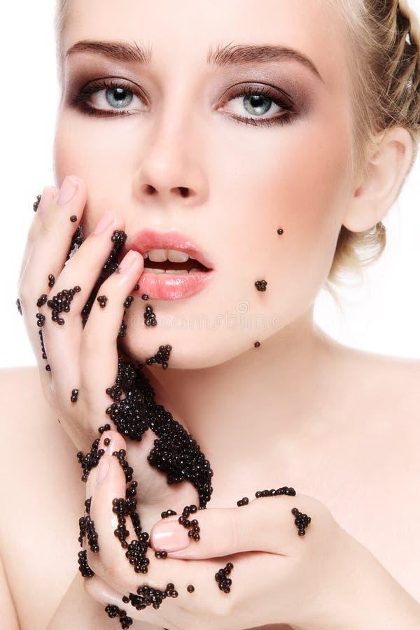 Femme avec le caviar noir images stock
