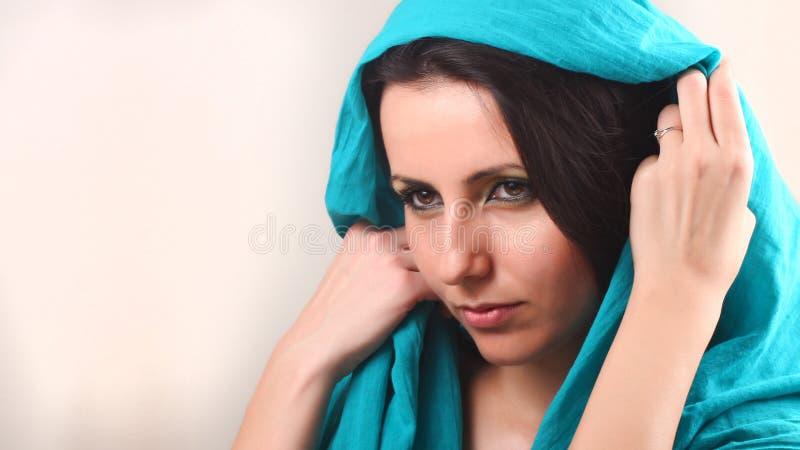 Femme avec le châle aérien images libres de droits