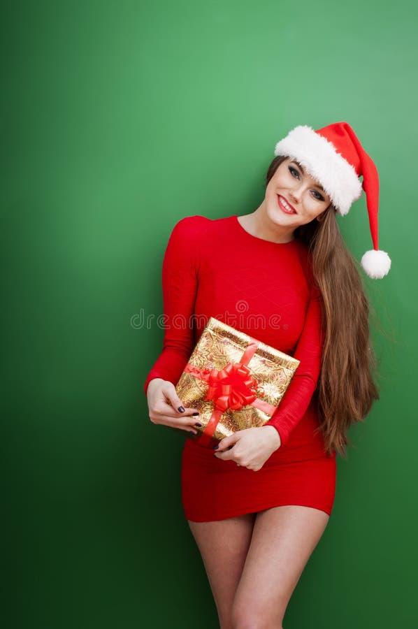Femme avec le chapeau actuel et portant de Santa photos stock