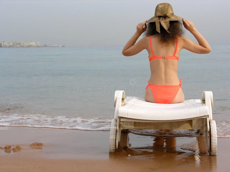 Femme avec le chapeau sur la plage photographie stock