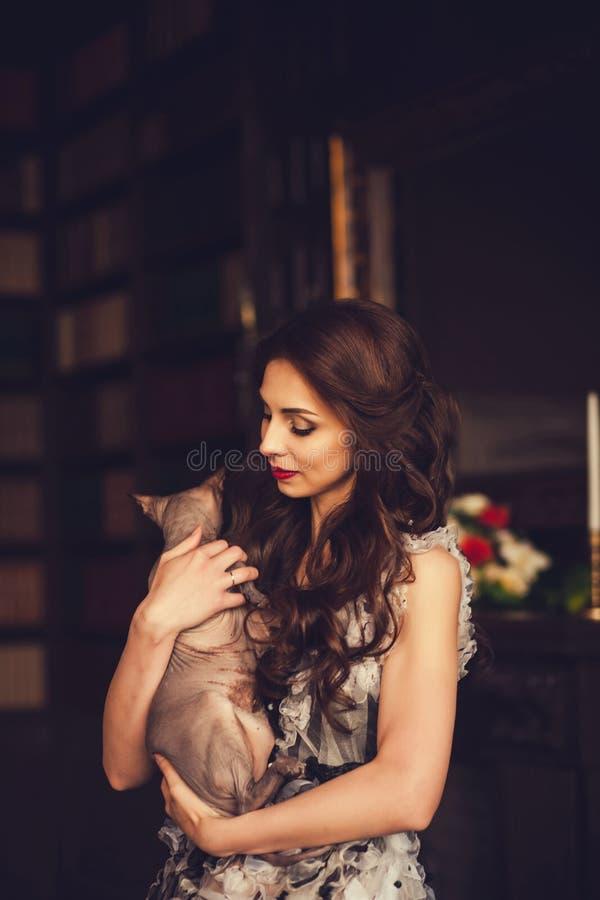 Femme avec le chat de charme photos stock