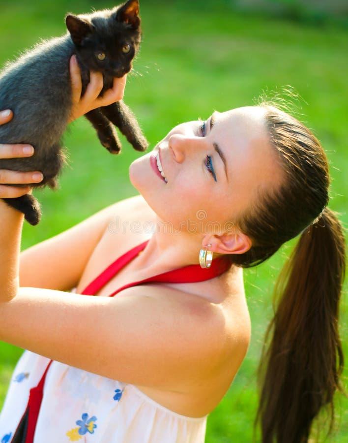 Femme avec le chaton photo stock