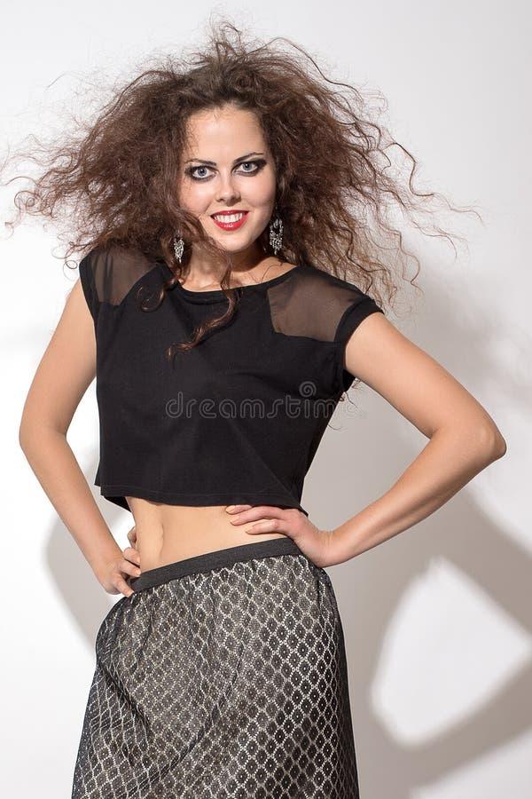 Femme avec le cheveu brun bouclé photographie stock