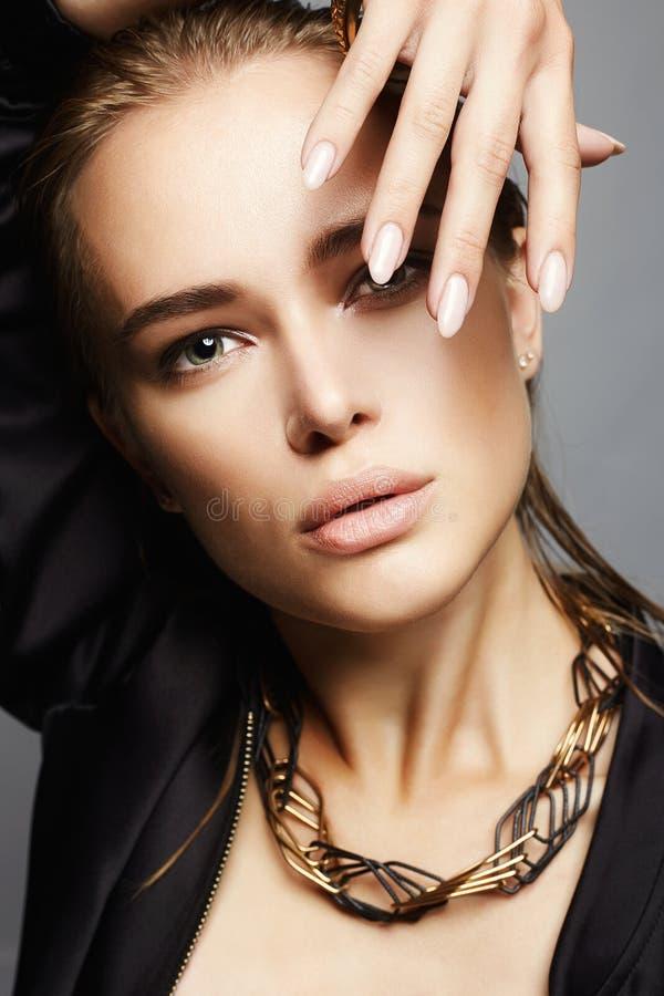 Femme avec le cheveu humide La beauté de mode composent photo stock