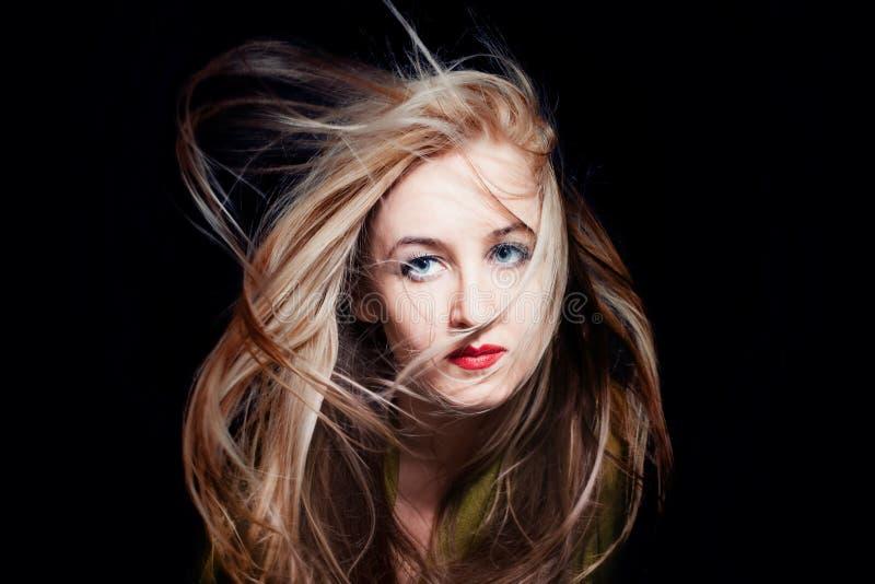 Femme avec le cheveu oscillant en vent photographie stock