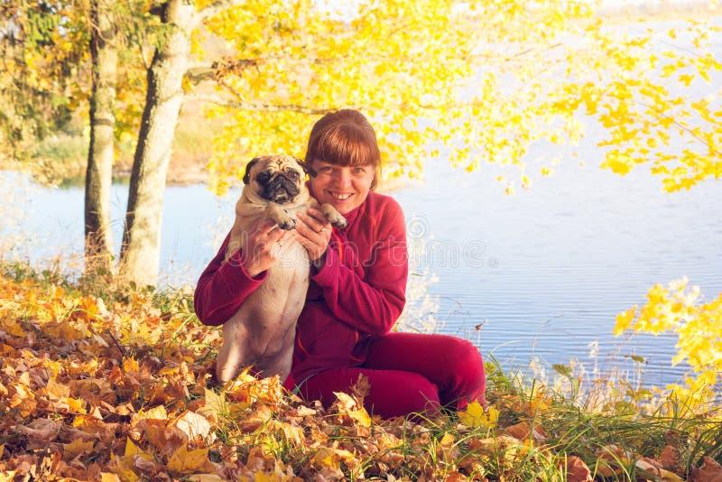 Femme avec le chien de roquet photos stock
