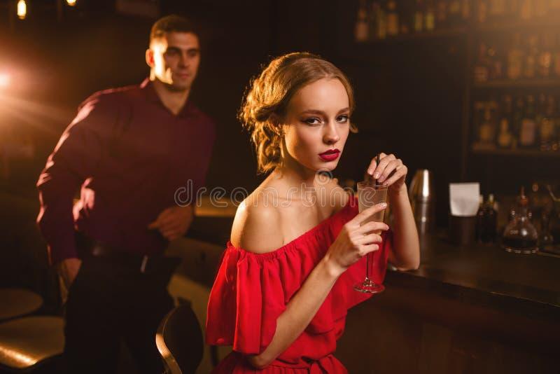 Femme avec le cocktail à disposition, flirtant photos libres de droits