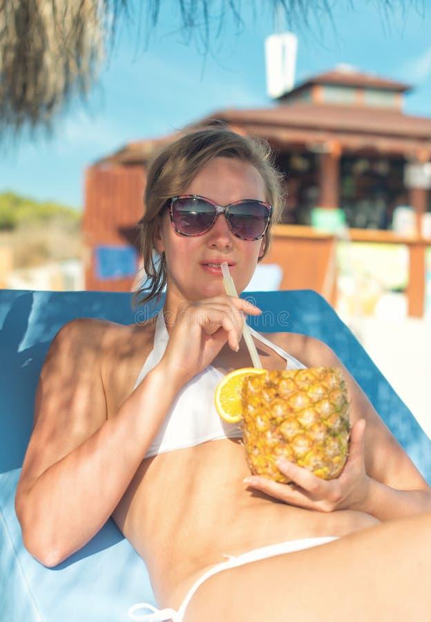 femme avec le cocktail photo stock