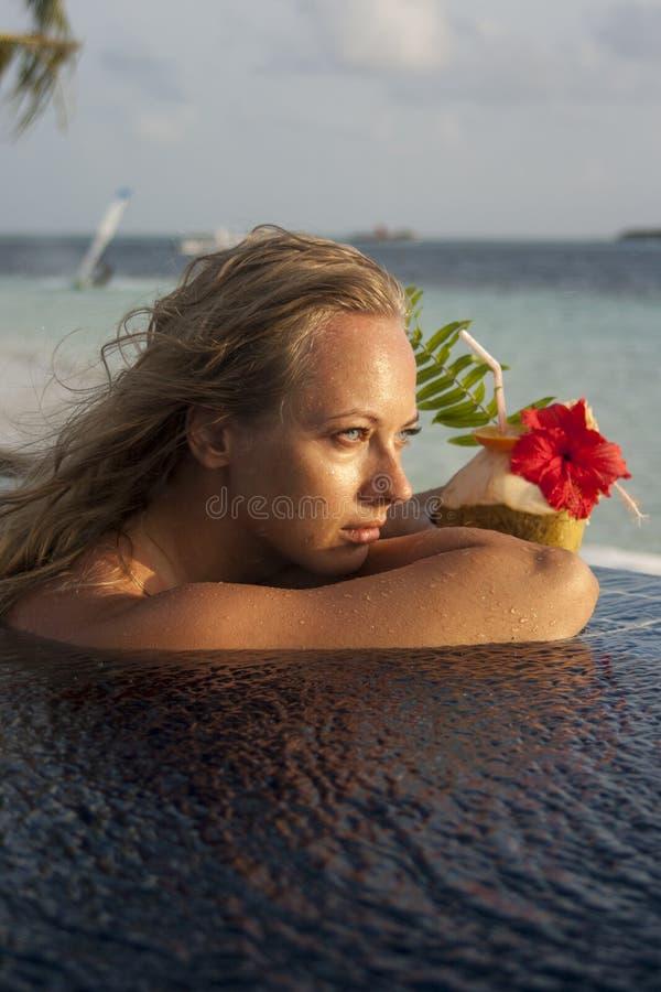 Femme avec le cocktail de noix de coco photographie stock libre de droits