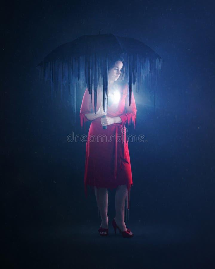 Femme avec le coeur rougeoyant photo stock