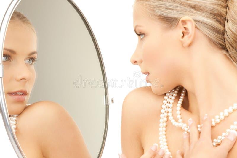 Femme avec le collier de perle photographie stock libre de droits
