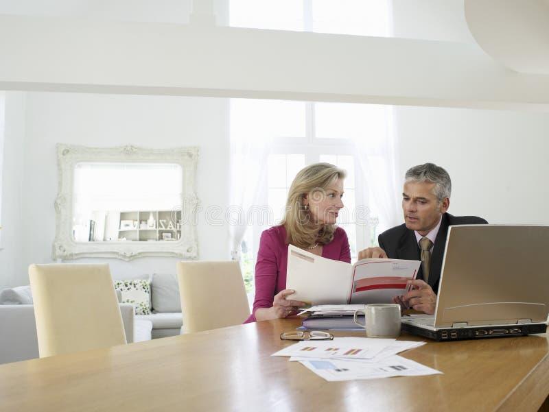 Femme avec le conseiller financier au Tableau image libre de droits