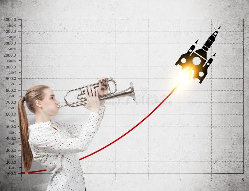 Femme avec le croquis de trompette et de fusée photos stock