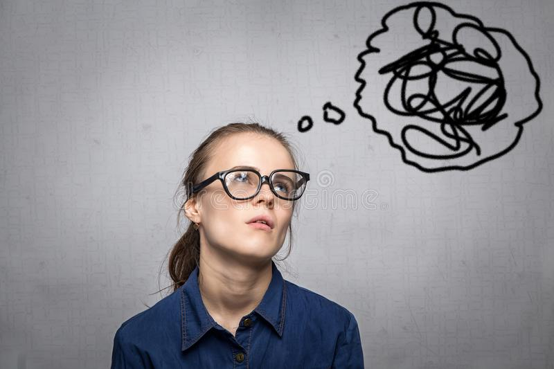 Femme avec le désordre dans les pensées images stock