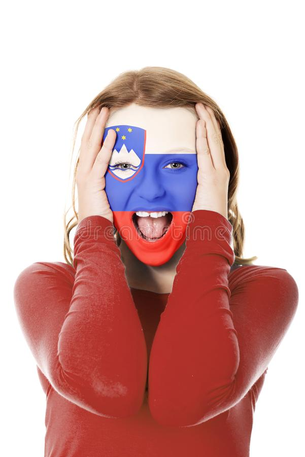 Femme avec le drapeau de la Slovénie sur le visage photographie stock libre de droits