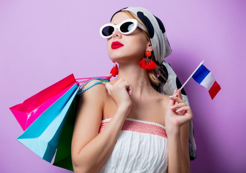Femme avec le drapeau et les paniers français image libre de droits