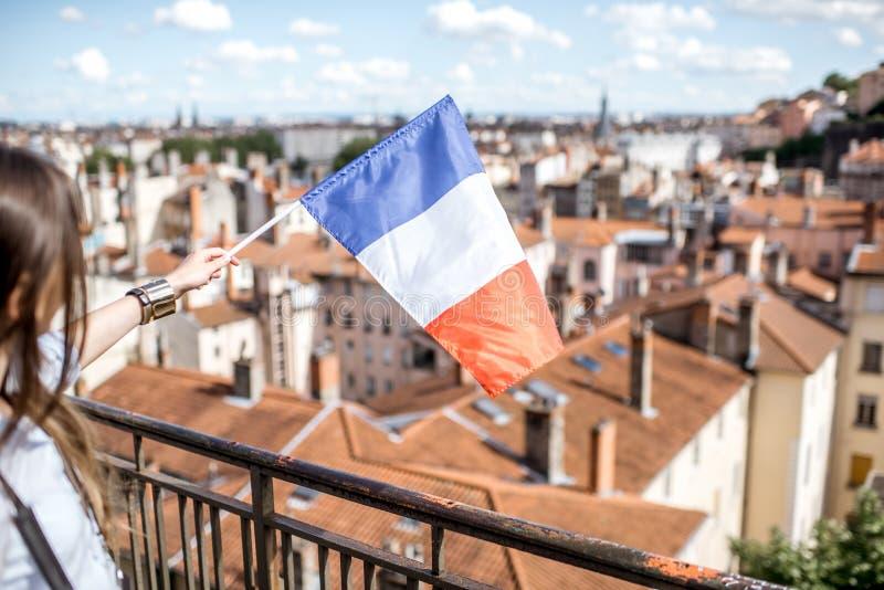 Femme avec le drapeau français à Lyon photo stock