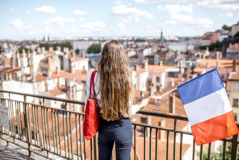Femme avec le drapeau français à Lyon photographie stock libre de droits