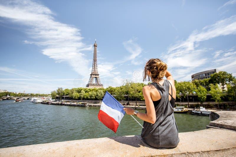 Femme avec le drapeau français à Paris photographie stock libre de droits