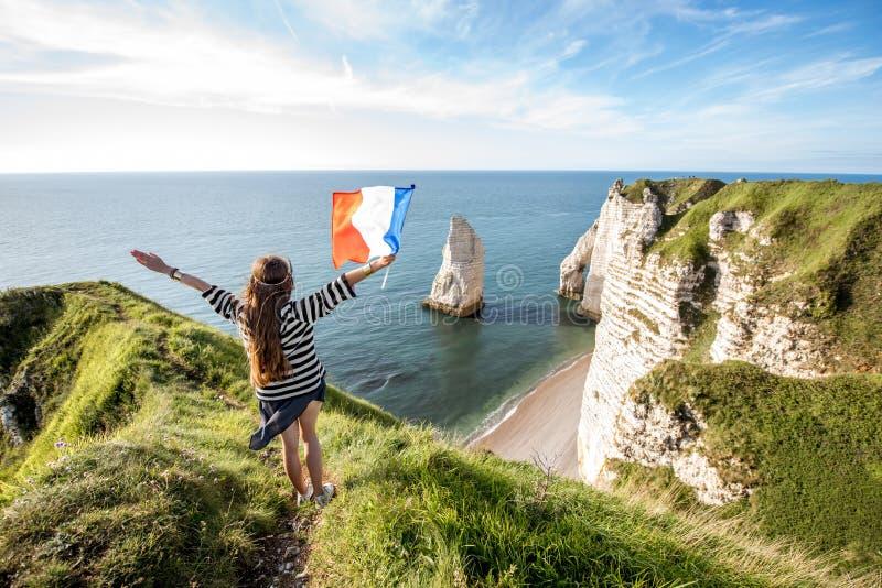 Femme avec le drapeau français dehors photo stock