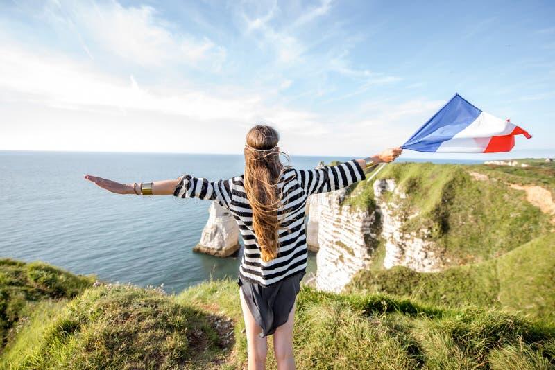 Femme avec le drapeau français dehors photographie stock libre de droits