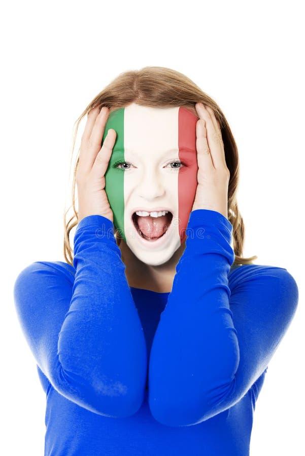 Femme avec le drapeau italien sur le visage images stock