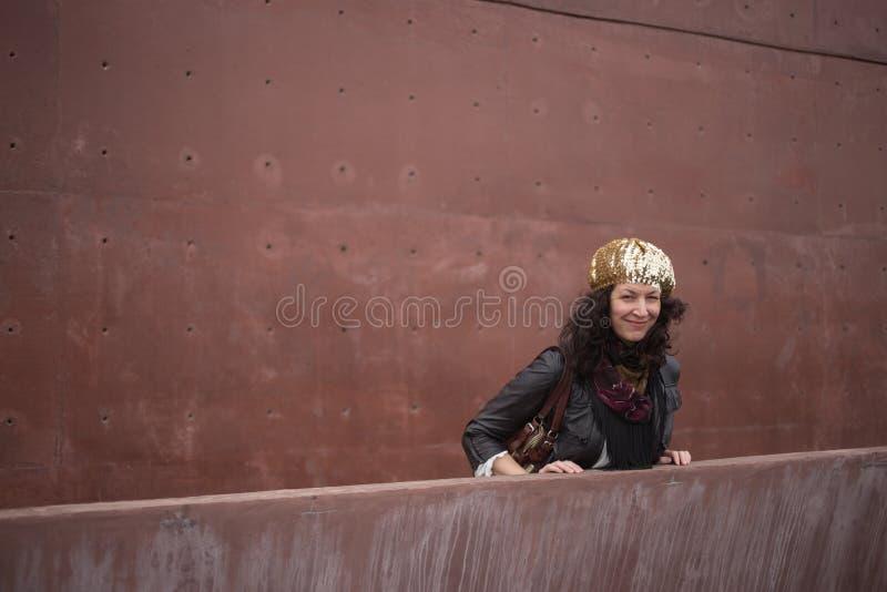 Femme avec le fond de béton de couleur de vin de Marsala photos stock