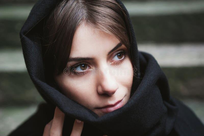 Femme avec le foulard, voilé photographie stock