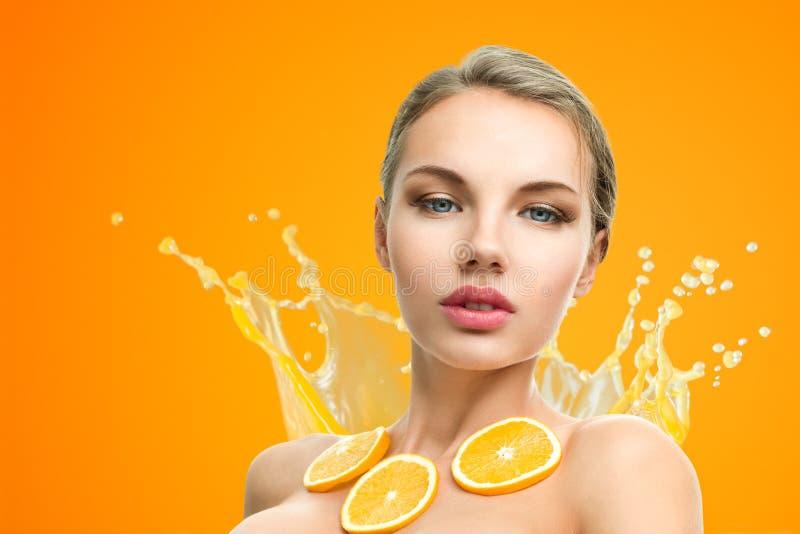 Femme avec le fruit photos stock
