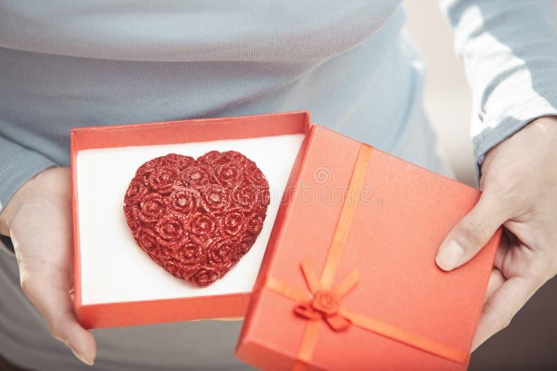 Femme avec le gâteau romantique photographie stock libre de droits