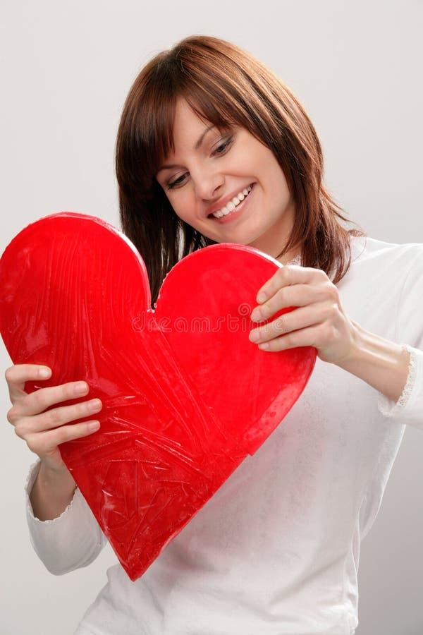 Femme avec le grand coeur rouge images stock