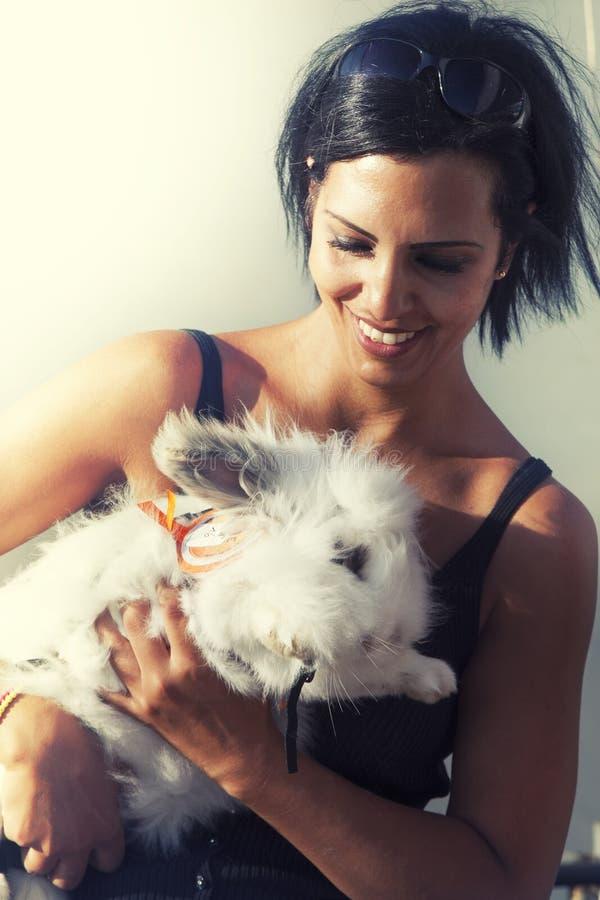 Femme avec le grand lapin blanc image libre de droits