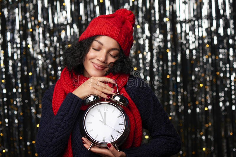 Femme avec le grand réveil comptant à la rêverie de minuit photographie stock libre de droits